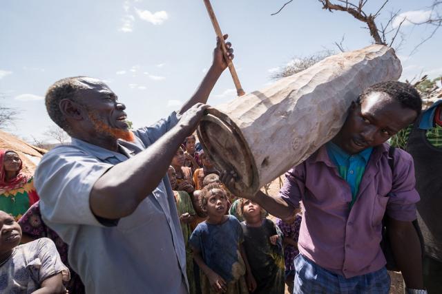 Hussein, líder comunitario de la región somalí de Etiopía, desplazado por el conflicto y las tensiones étnicas, muestra la construcción de las colmenas con las que la antigua comunidad apicultora ha comenzado a reconstruir los medios de subsistencia que perdió al tener que huir. Fotografía: FLM/Albin Hillert