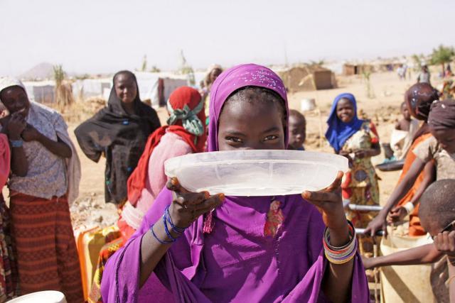 Personas reunidas en un puesto de suministro de agua en el campo de personas refugiadas de Minawao, al norte de Camerún. Fotografía: FLM/ C. Kästner